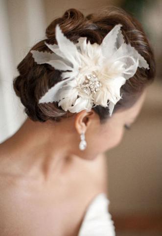 Coiffure Mariée : Une fleur dans les cheveux