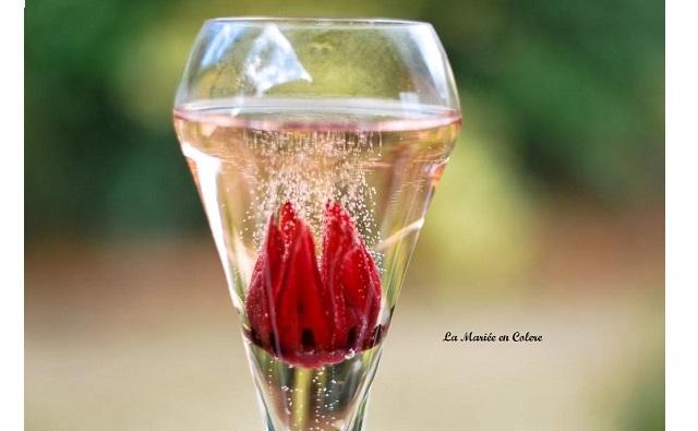 Vin d'honneur : des fleurs d'hibiscus dans vos cocktails