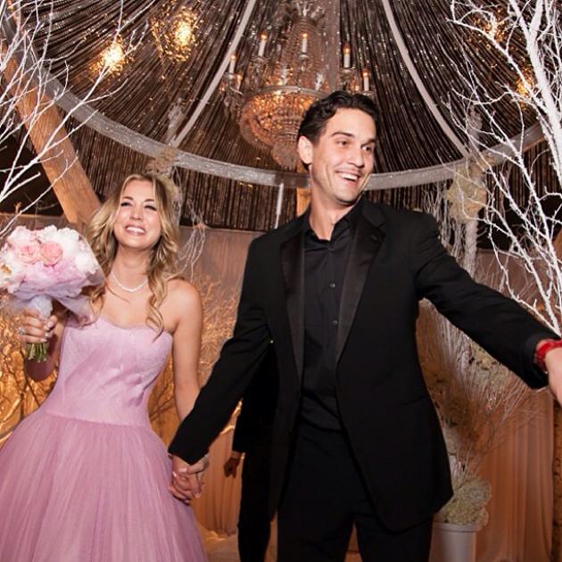 La robe de mariée rose de Kaley Cuoco