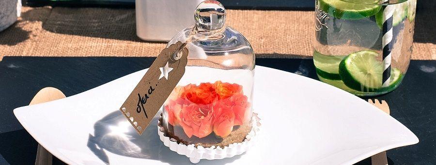 Décoration mariage originale  des fleurs sous cloche