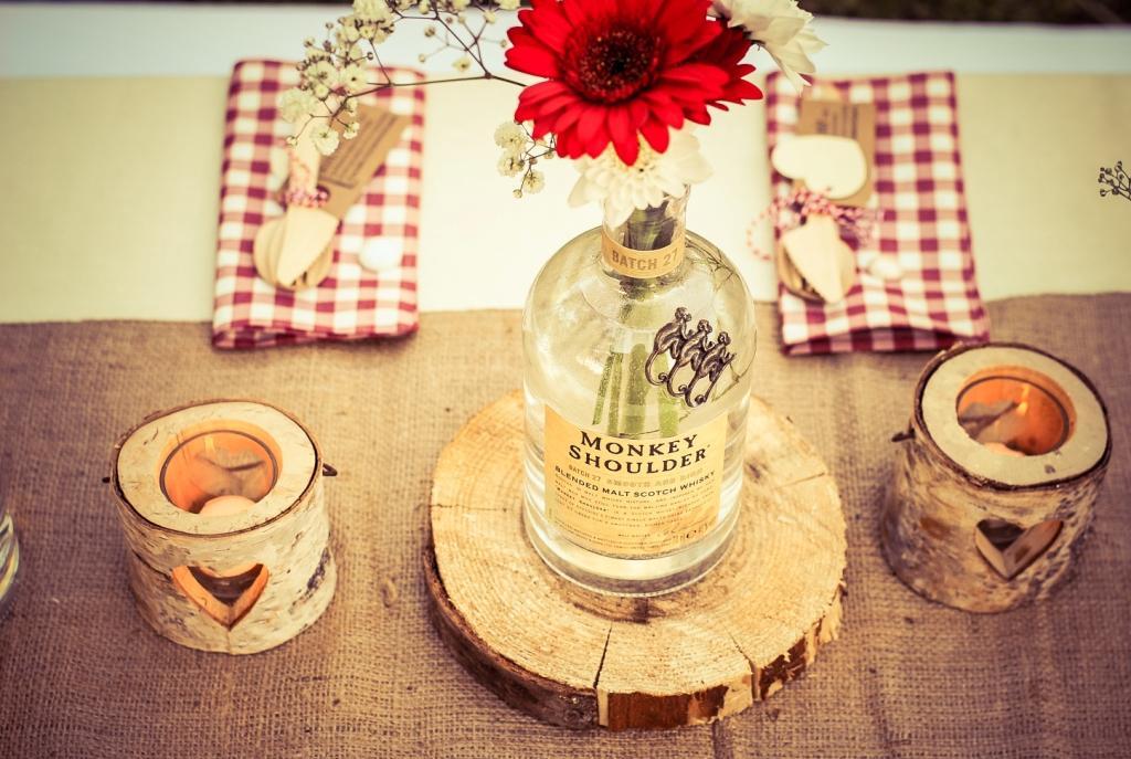 des bouteilles de whisky vides sur un rondin de bois