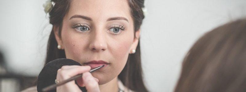 Mise en beauté de la mariée : et si on faisait tout à domicile ?