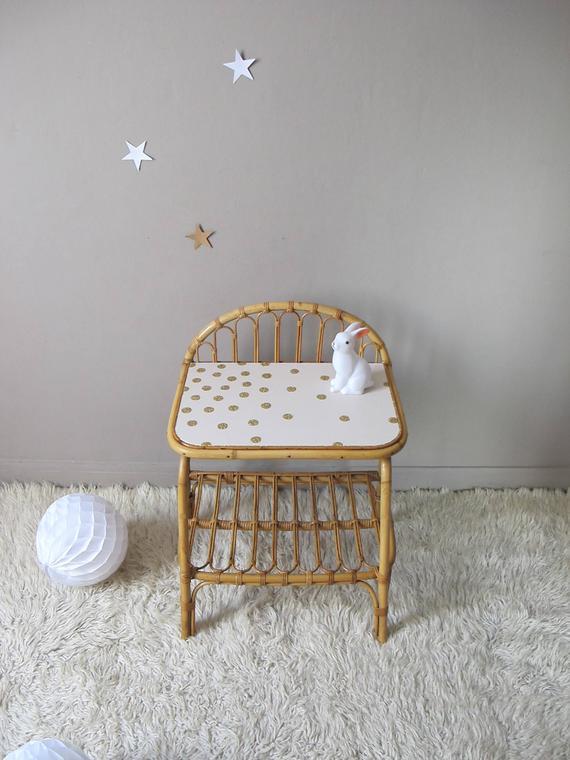 Une petite table de chevet