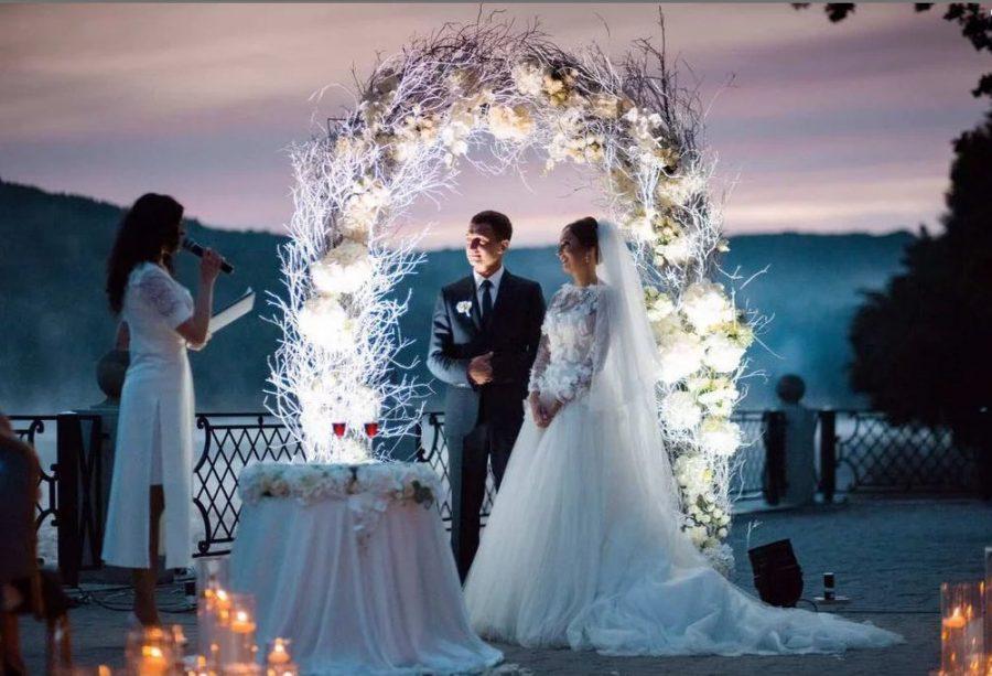 arche mariage romantique plumes-min