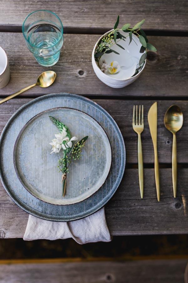 couverts dorés assiette grès AMPM table champêtre chic