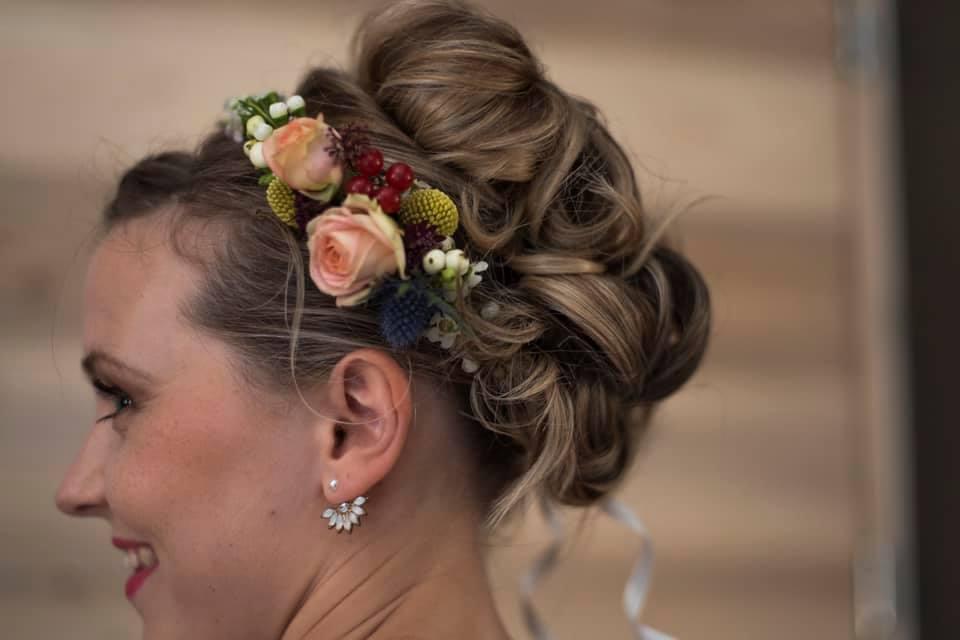 coiffure mariée chignon bouclé couronne fleurs