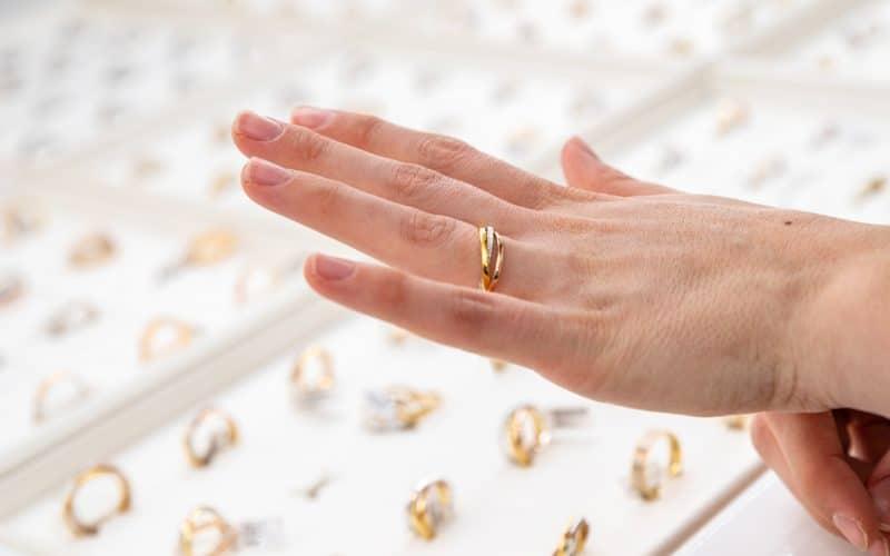 Hanna Méchaly invite les futur·es marié·es sur son Salon dédié aux Alliances et Bagues de fiançailles