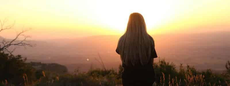 essais bébé woman looking at sunset