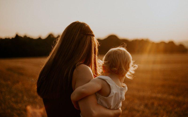 Le décalage entre ma façon d'être maman et ce que la société attend de moi