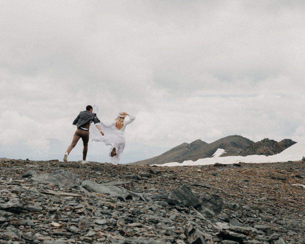 couple de mariés dans la nature